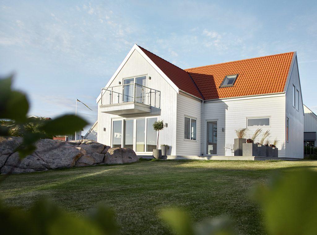 Nytt hus med vit träfasad i Falkenberg